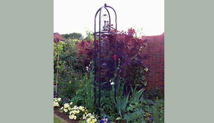 BIR-004 Steel Crown Topped Bird Feeding Station, Mrs Carey - Buckinghamshire